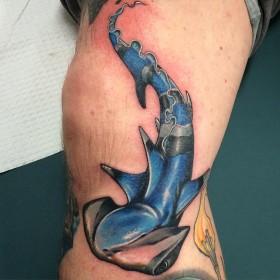 Татуировка рыбы-молот на колене парня