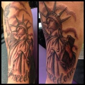 Татуировка статуи свободы на предплечье парня