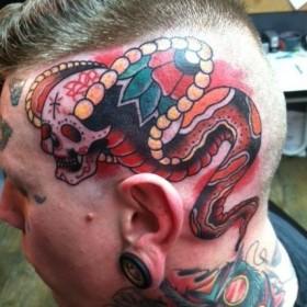 Татуировка у парня на голове - змея