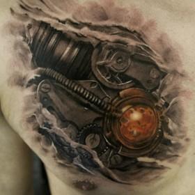 Татуировка в стиле биомеханика на ключице парня