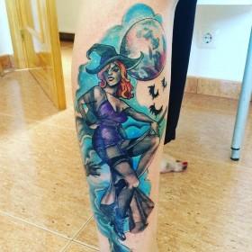 Татуировка ведьмы на метле на голени женщины