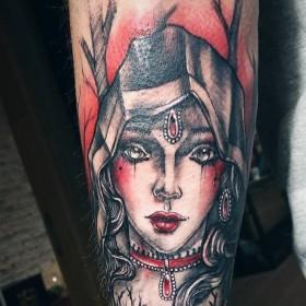 Татуировка ведьмы на предплечье парня
