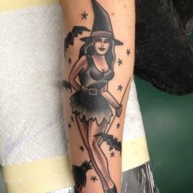 Татуировка ведьмы с метлой на предплечье мужчины