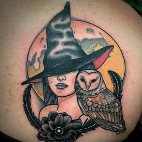 Татуировка ведьмы с совой на лопатке женщины