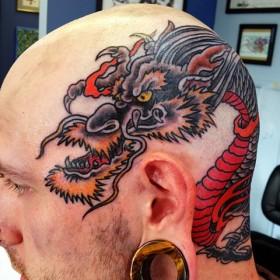 Татушка на голове парня - дракон