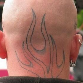 Татушка на голове парня - огонь