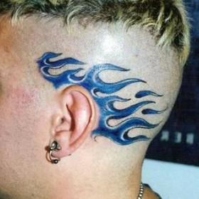 Татушка на голове парня - синее пламя