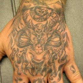 Татушка на кисти парня - демон