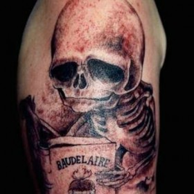 Татушка на плече у парня - скелет