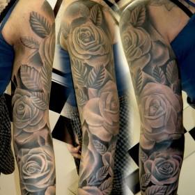Татушка на руке у девушки - розы