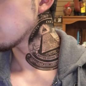 Татушка на шее парня - пирамида с глазом