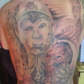 Татушка на спине парня - обезьяна