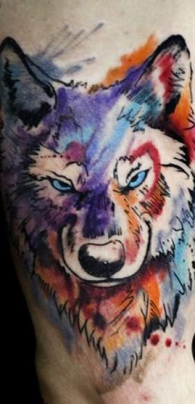 Волк - тату на женском бедре в стиле акварель