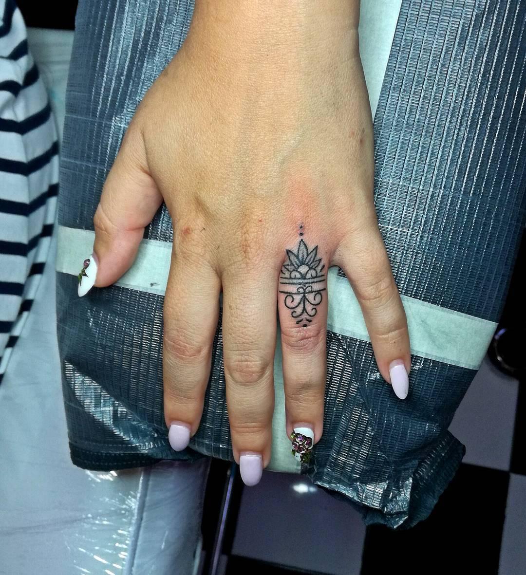 Фото женских татуировок на пальцах