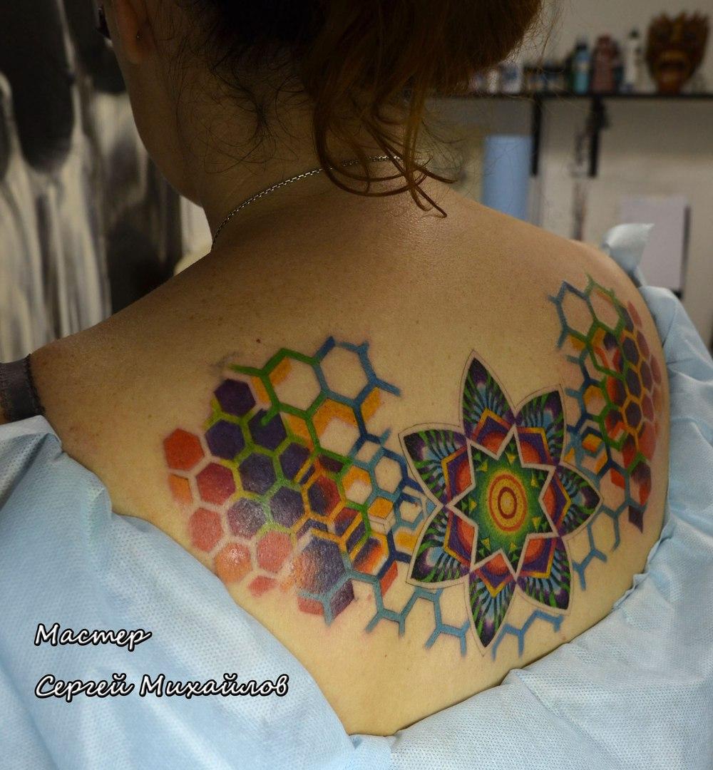 Мандала на спине у девушек фото