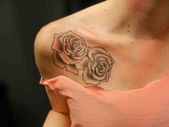 Тату роз на голых девушках