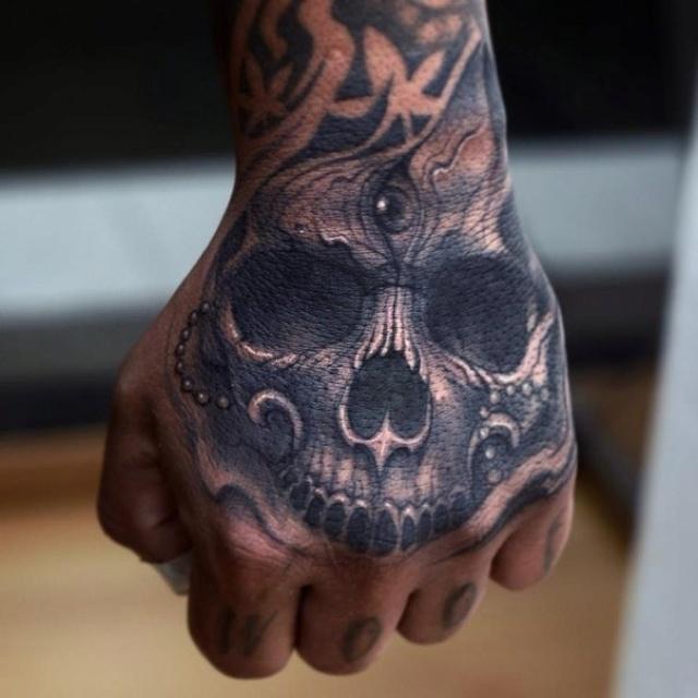 Дизайн маникюра череп