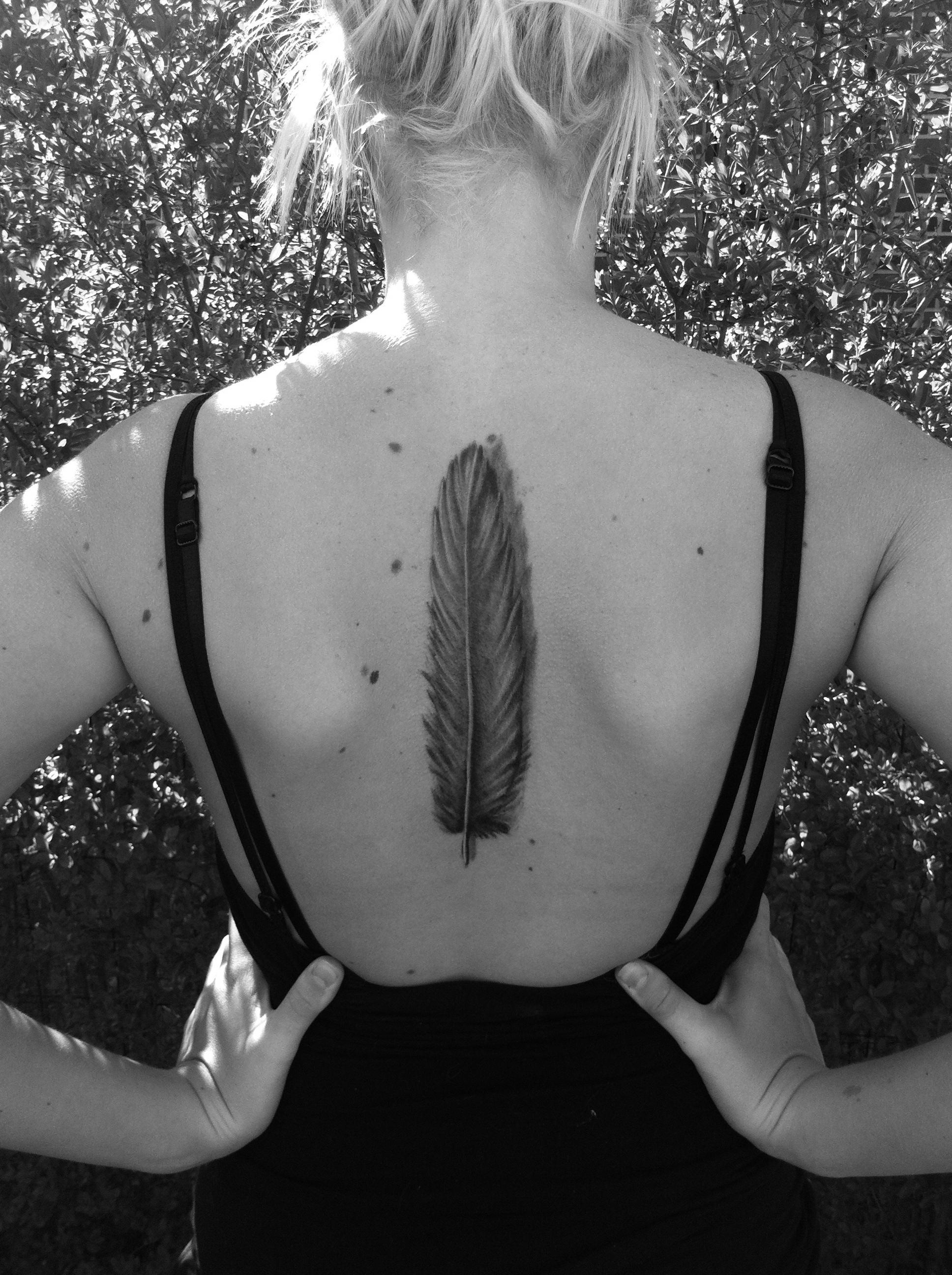 Фото тату перья на спине девушек