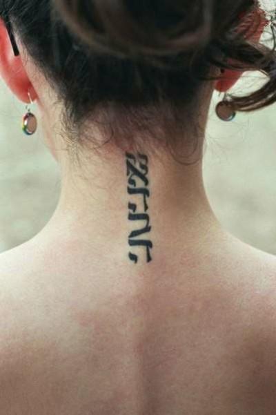 Фото тату надписей для девушек на шее
