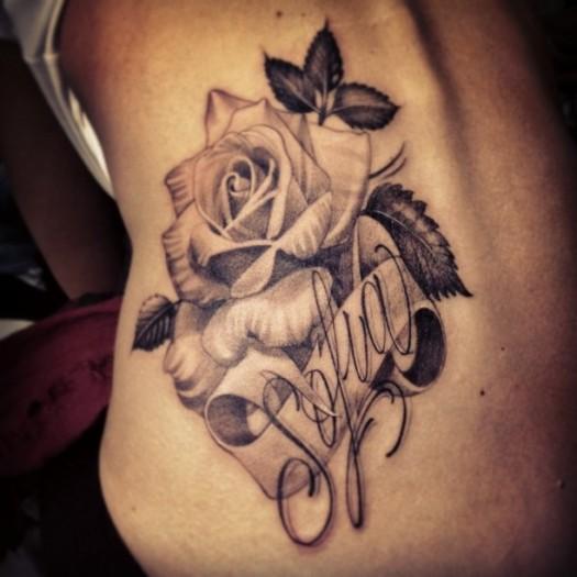 Тату роза на спине у девушек