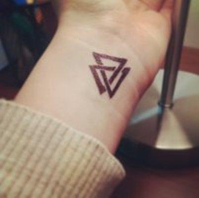 целевого згачение тату 3 треугольника меня черный экран