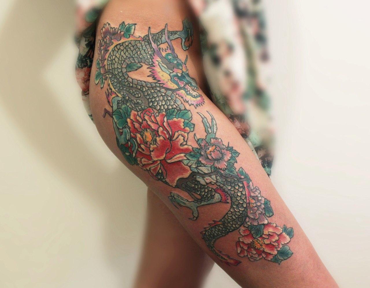 Толстая блондинка с татуировкой на груди фото 392-310