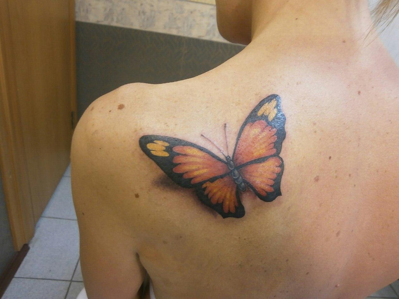 Тату бабочка на спине для девушек фото