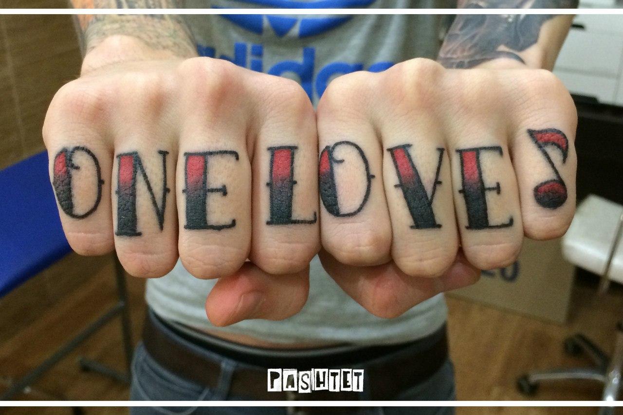 Татуировка надпись на пальцах фото