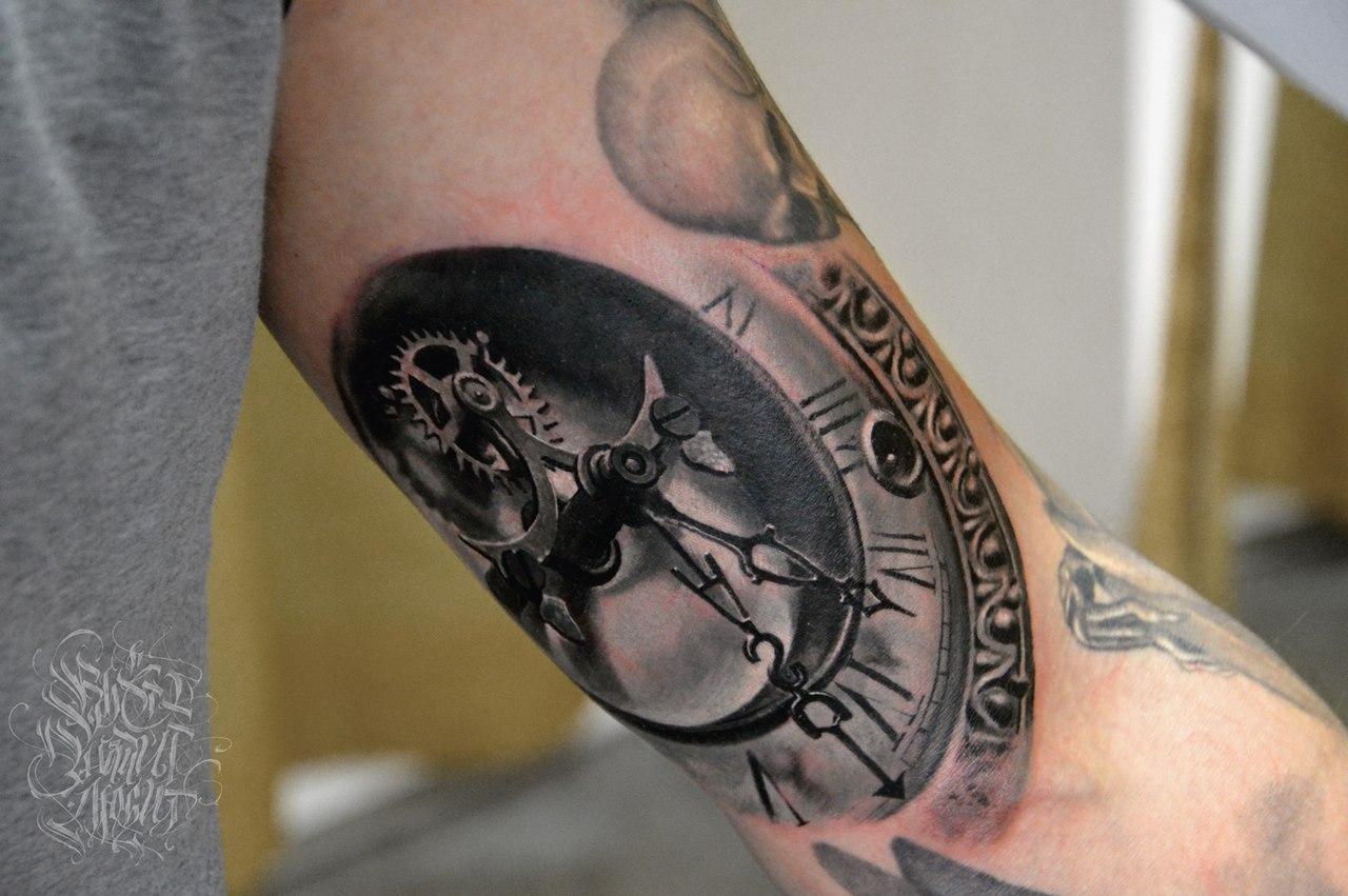 Что означает тату часов на руке
