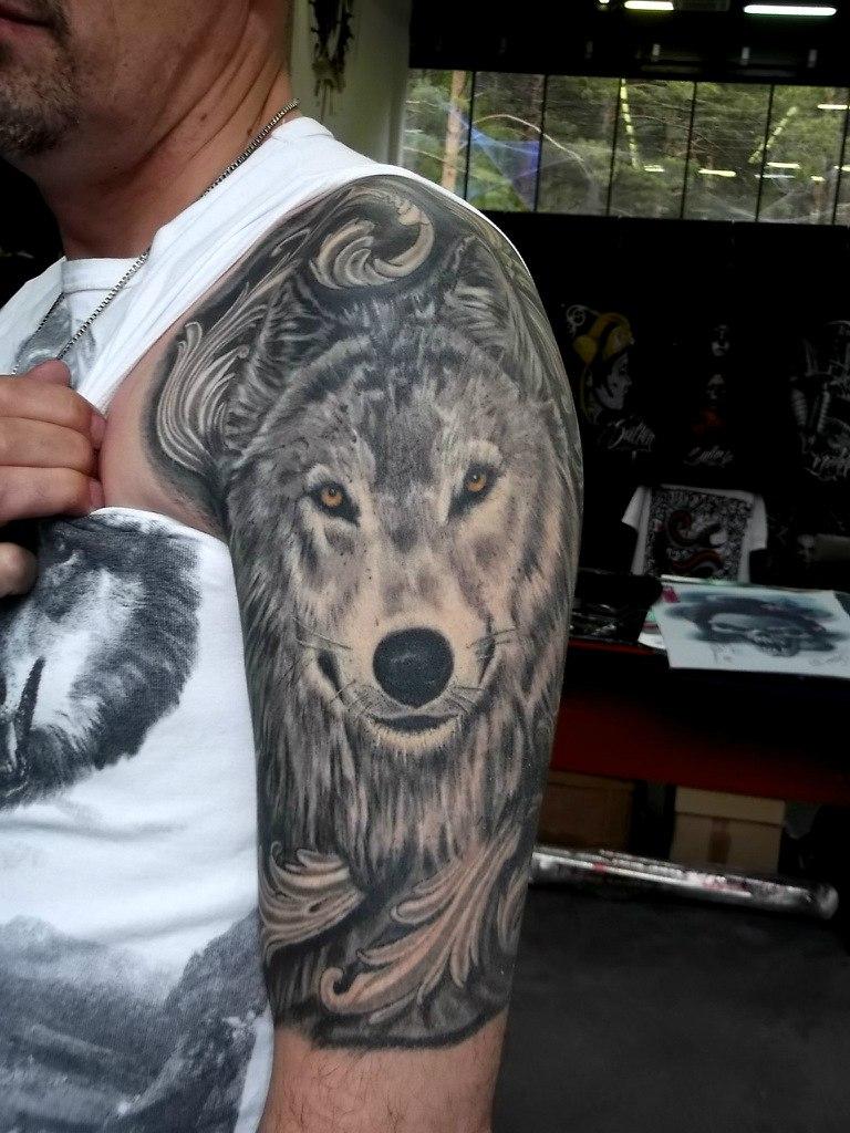 Татуировки волка на плече мужские фото