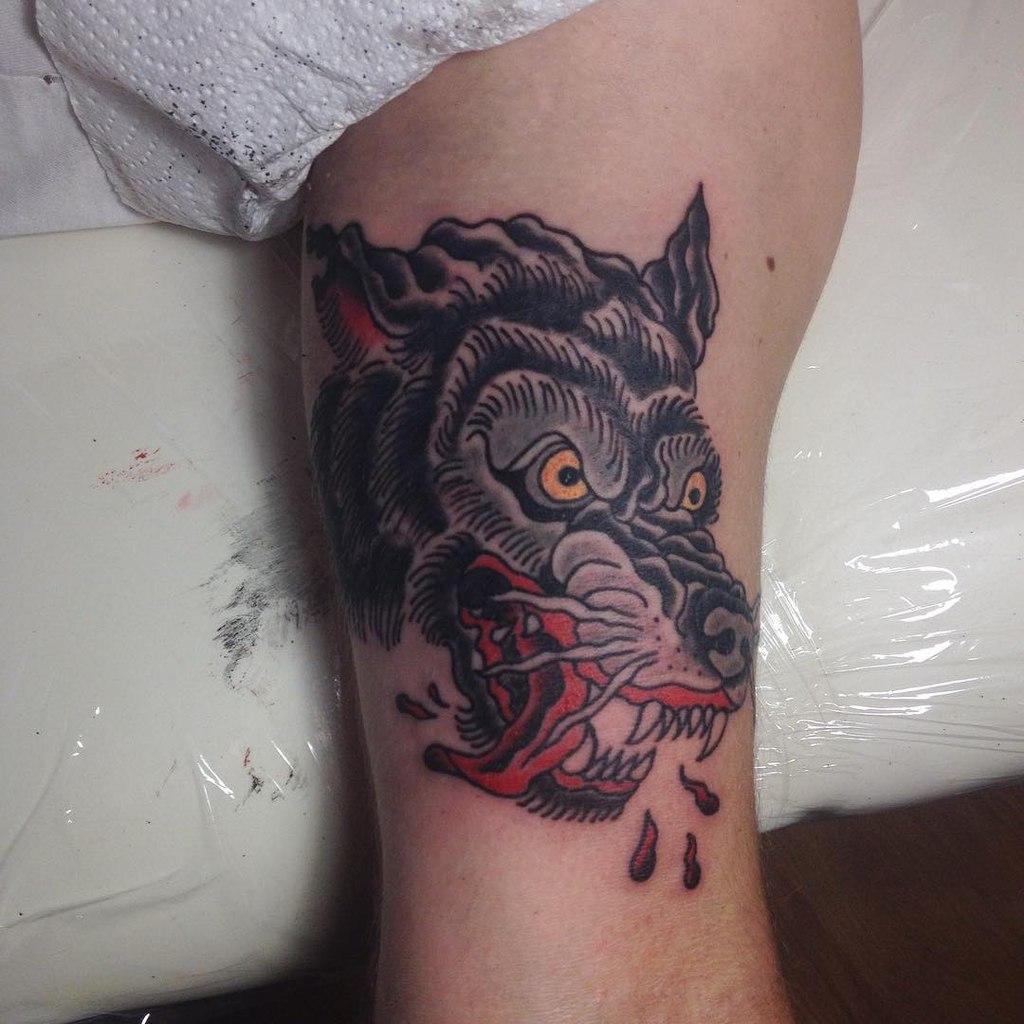 Тату волка у девушек на бедре фото