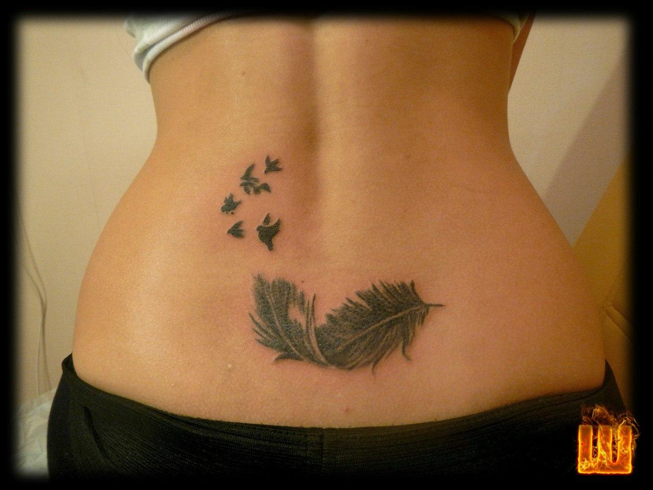 Девушка с татуировкой на пояснице фото