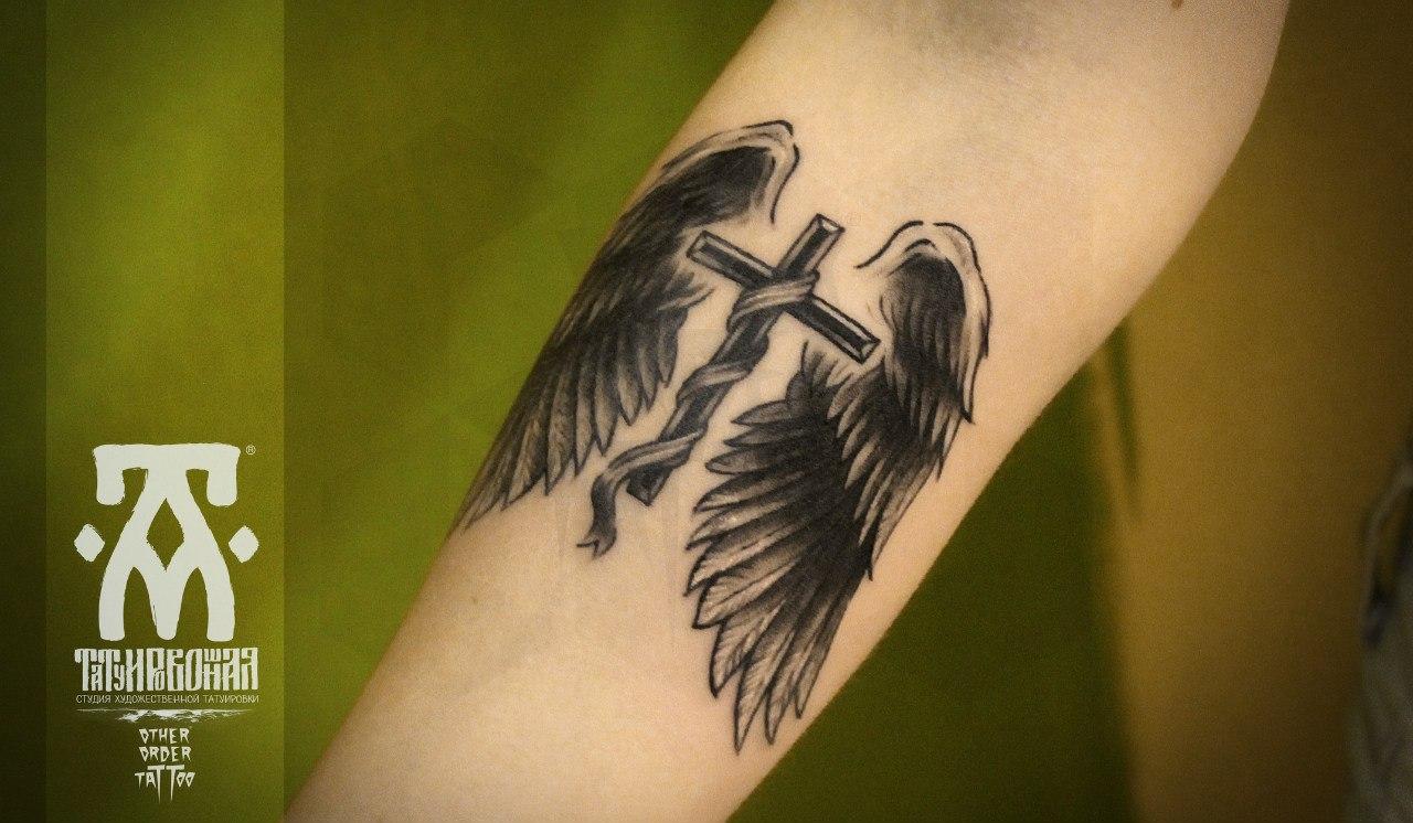 Крест в треугольнике тату