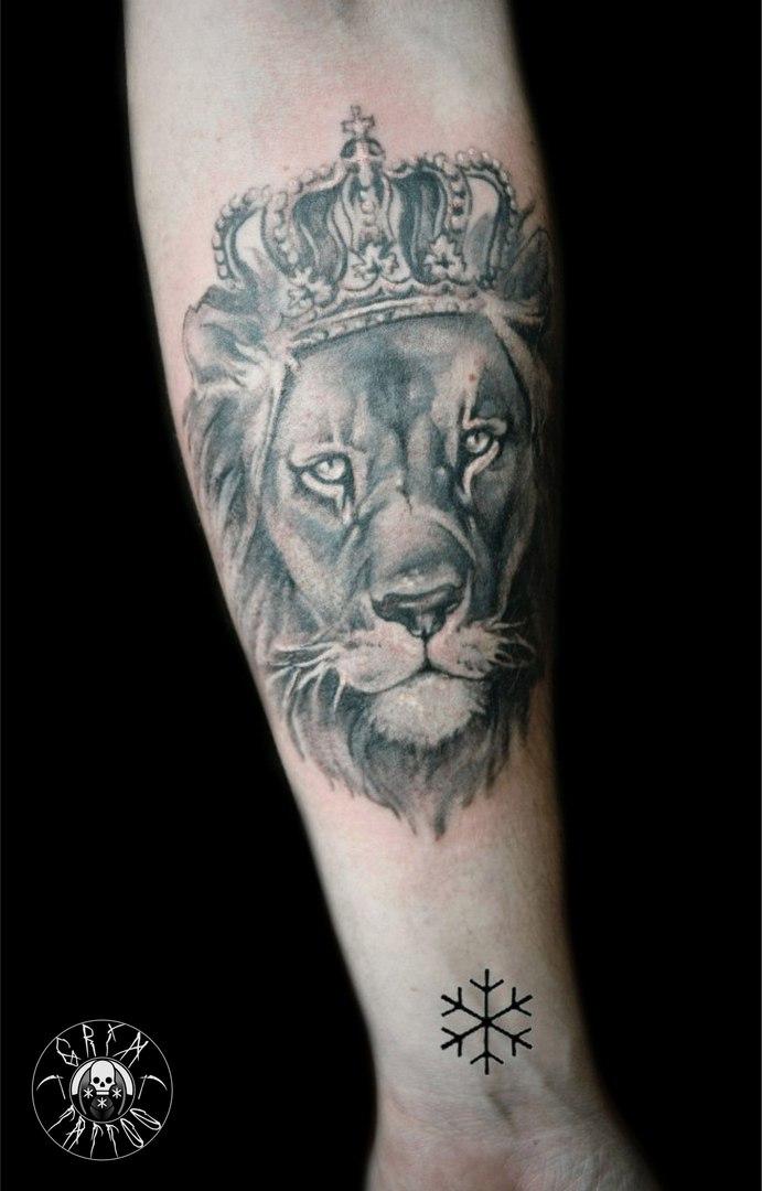 Фото татуировки лев корона