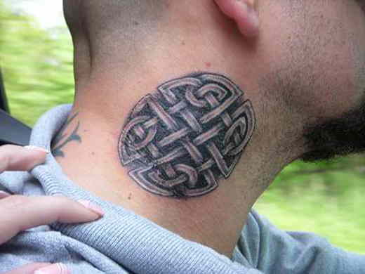 Фото: Татуировка на шее парня - кельтские узоры