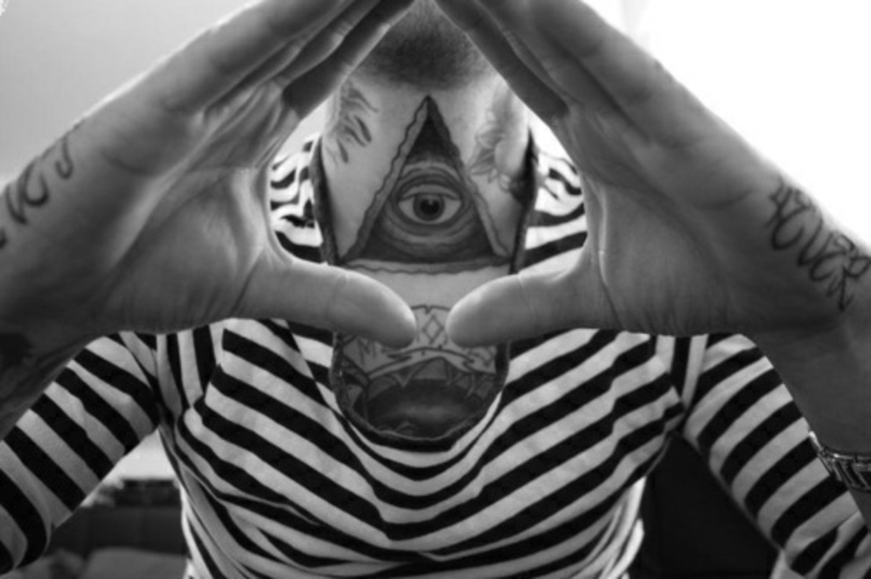 tatuirovka_na_shee_parnja_piramida_s_gla