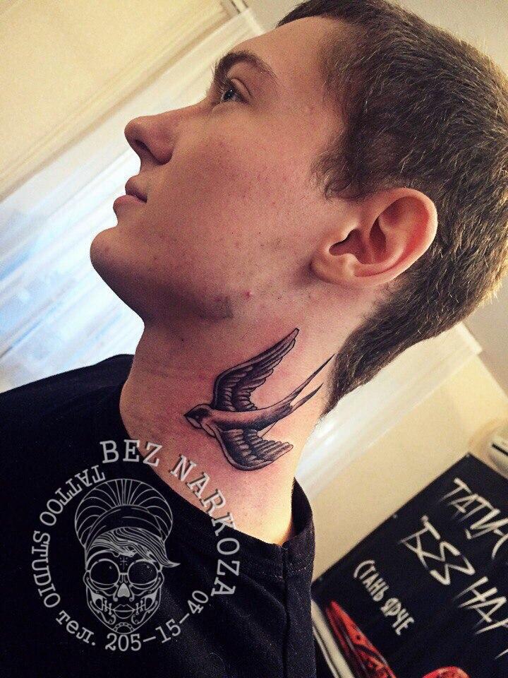 Что значит тату ласточка на шеи