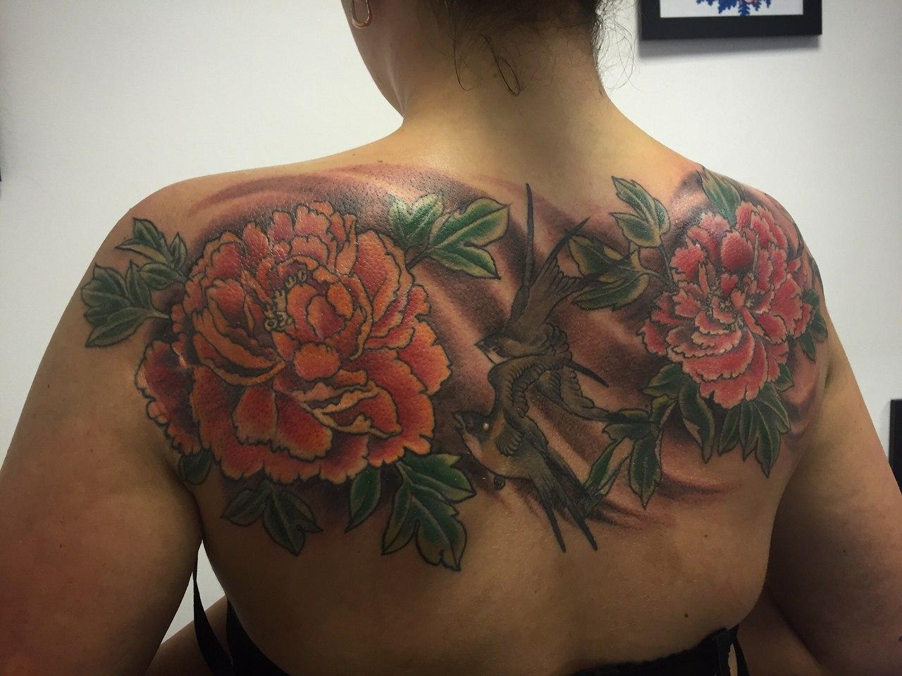 Тату цветов на спине у девушек фото