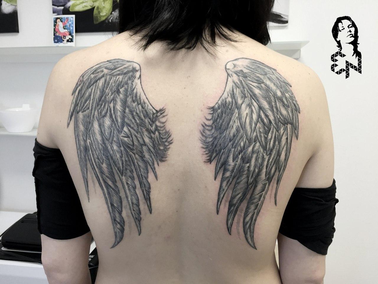 Фото девушек с тату на спине крылья