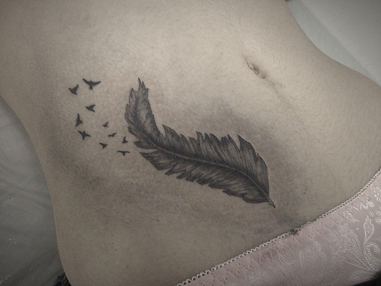 Фото татуировок перышко и надпись
