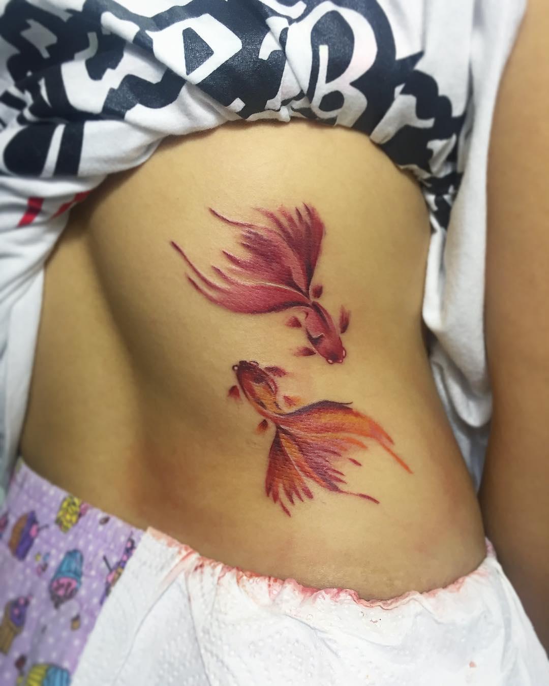 Татуировки фото ребра девушки