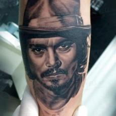 Черно-белая татуировка на руке парня - Джонни Депп