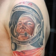 Цветная татуировка на плече парня - Гагарин