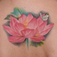 Лотос - татуировка на спине девушки