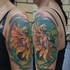 Тату цветок подсолнух на плече девушки