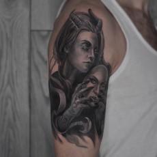 Тату демоница с маской на плече парня