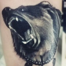Тату на бедре девушки - медведь