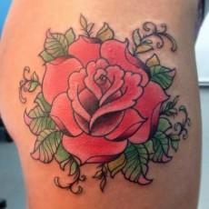 Тату на бедре девушки - роза