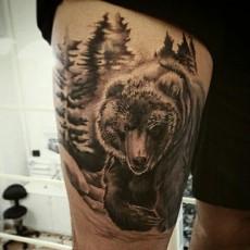 Тату на бедре парня - медведь