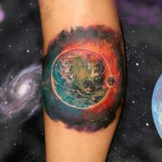 Тату на голени парня - космос и планета